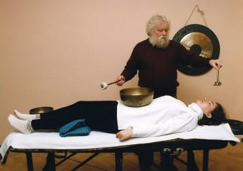 Peter Hess gibt eine Klangmassage